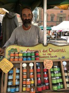 una festa in piazza della Santissima Annunziata nel centro storico di Firenze con un mercato con prodotti di campagna dei contadini